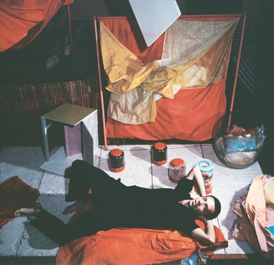 He  lio Oiticica mit Bo  liden und Parangole  s in seinem Atelier