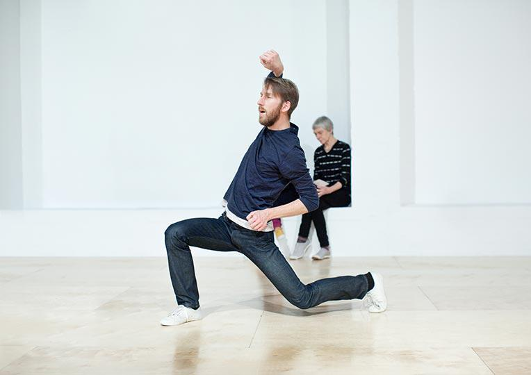 Table of Contents, by Siobhan Davies, performer Matthias Sperling, photo Pari Naderi (9986)