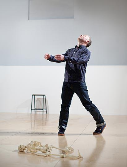 Table of Contents, by Siobhan Davies Dance, performer Charlie Morrissey, photo Pari Naderi (0172)