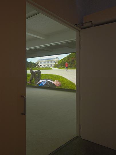 Jordan Wolfson at Chisenhale Gallery Photo Andy Keate 01