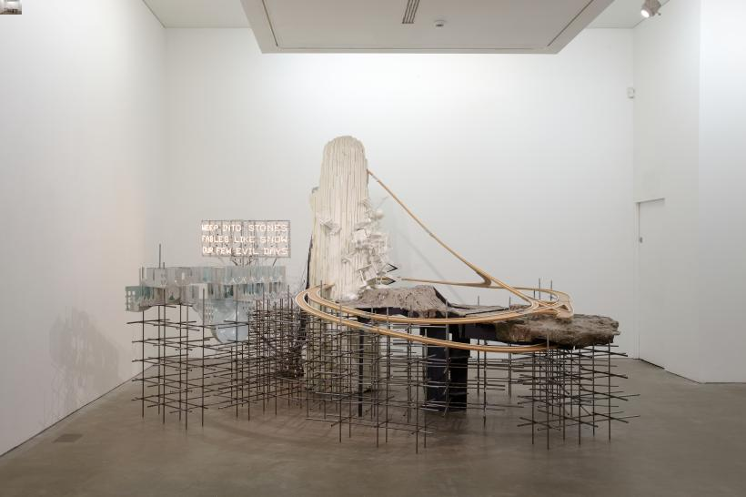 Lee Bul, Mon grand récit Weep into stones . . . (2005)