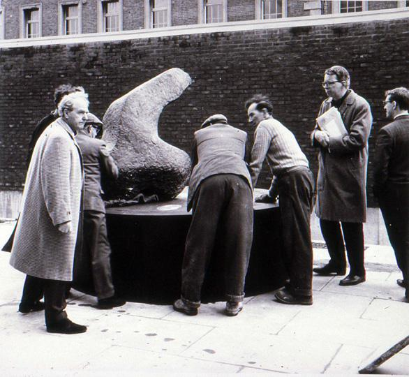 18 Henry Moore, Lawrence Gowing, technicians at Chelsea photo Tony Rogers