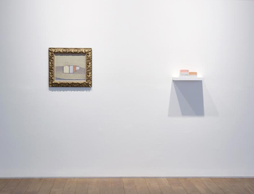 Giorgio Morandi, Natura Morta, pre-1959, oil on canvas, 52.7 x 57.1 cm, private collection (left); Rachel Whiteread, Step, 2007 – 20018, plaster, pigment, resin, wood, and metal (five units, one shelf), 14 x 40 x 20 cm (right)
