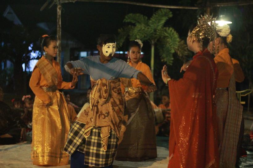 Performance scene of mak yong. Inang, a comic character, meets seven maidens. Mantang Island, Riau, 2013
