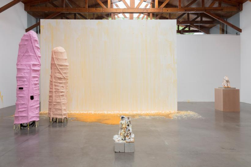 Sarah Lucas, installation view of DAME ZERO, kurimanzutto, Mexico City, 2018. Images courtesy of the artist and kurimanzutto, Mexico City.